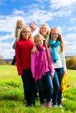 Famille marchant par le parc Image libre de droits