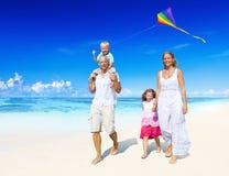 Famille marchant sur la plage Photographie stock libre de droits