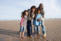Famille marchant sur la plage de l'hiver Photos stock