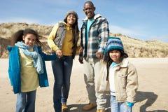 Famille marchant sur la plage de l'hiver Photos libres de droits