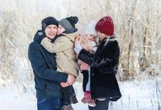 Famille marchant sur la ville d'hiver avec mes enfants Photos libres de droits