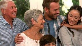 Famille mignonne étreignant et souriant banque de vidéos