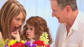 Famille mignonne avec un groupe de fleurs clips vidéos