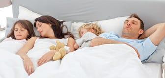 Famille mignonne dormant ensemble image stock