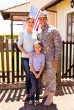 Famille militaire se tenant ensemble images stock