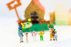 Famille miniature : Ballon de la participation des enfants jouant ensemble Utilisation d'image pour le jour international de fond Photographie stock