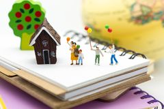 Famille miniature : Ballon de la participation des enfants jouant ensemble Utilisation d'image pour le jour international de fond Photographie stock libre de droits