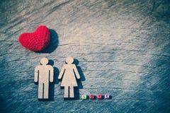 Famille miniature de personnes et coeur rouge Photos libres de droits
