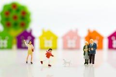 Famille miniature : Le garçon court avec le chien Utilisation d'image pour le jour de famille Photographie stock libre de droits