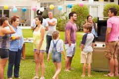 Famille multi de génération appréciant la partie dans le jardin ensemble Photos libres de droits
