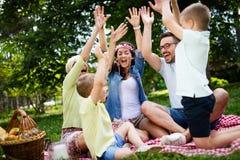 Famille multi de génération appréciant le pique-nique en parc photographie stock