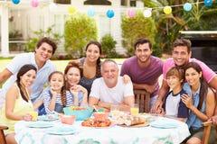 Famille multi de génération appréciant le repas dans le jardin ensemble Photographie stock libre de droits