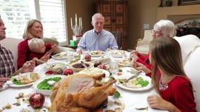 Famille multi de génération appréciant le repas de thanksgiving banque de vidéos