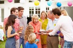 Famille multi de génération célébrant l'anniversaire dans le jardin Photographie stock