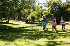 Famille multi de génération fonctionnant en parc Photos stock