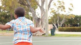 Famille multi de génération jouant le basket-ball banque de vidéos