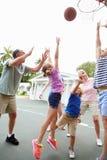 Famille multi de génération jouant le basket-ball ensemble Photo libre de droits
