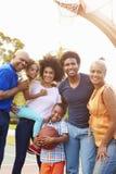 Famille multi de génération jouant le basket-ball ensemble Image libre de droits