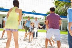 Famille multi de génération jouant le volleyball dans le jardin Images stock