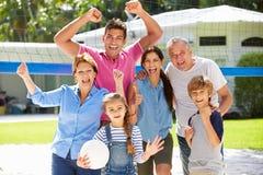 Famille multi de génération jouant le volleyball dans le jardin Image libre de droits