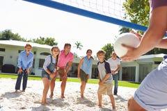 Famille multi de génération jouant le volleyball dans le jardin Images libres de droits