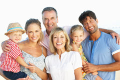 Famille multi de rétablissement appréciant des vacances de plage photographie stock libre de droits