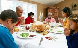 Famille multi de rétablissement ayant le repas de Noël Images stock