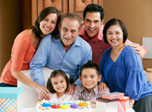 Famille multi de rétablissement célébrant l'anniversaire Photographie stock