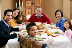 Famille multi de rétablissement célébrant le thanksgiving Photos stock