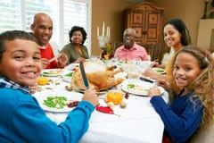 Famille multi de rétablissement célébrant le thanksgiving Image libre de droits