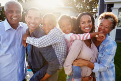 Famille multi noire de génération dehors, portrait éclairé à contre-jour photographie stock
