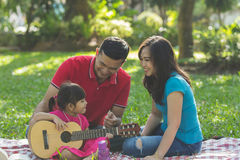 Famille, musique et joie photos stock