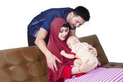 Famille musulmane attirante et bébé mignon Photos stock