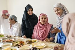 Famille musulmane ayant un festin de Ramadan photos libres de droits
