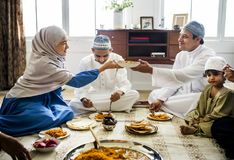 Famille musulmane dînant sur le plancher image stock