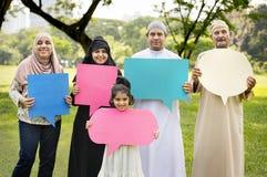 Famille musulmane retardant des bulles de la parole Image stock
