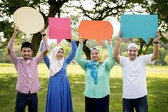Famille musulmane retardant des bulles de la parole Photos libres de droits
