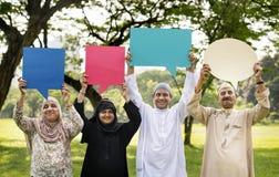 Famille musulmane retardant des bulles de la parole Image libre de droits