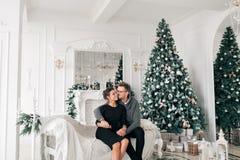 Famille, Noël, vacances, amour et concept de personnes - couple heureux se reposant sur le sofa à la maison Photos libres de droits