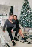 Famille, Noël, vacances, amour et concept de personnes - couple heureux se reposant sur le sofa à la maison Photo libre de droits