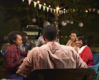 Famille noire adulte appréciant le dîner dans leur jardin Images libres de droits