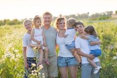 Famille nombreuse avec des enfants photo stock