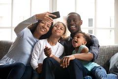 Famille nombreuse d'Afro-américain heureux prenant le selfie ensemble photos libres de droits