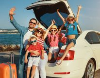 Famille nombreuse heureuse dans le voyage automatique de voyage d'?t? en la voiture sur la plage photographie stock