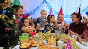 Famille nombreuse mangeant ensemble pendant le dîner de Noël de fête clips vidéos