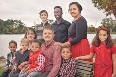 Famille nombreuse par le lac photo stock