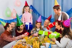 Famille nombreuse présent des cadeaux à la fille pendant la fête d'anniversaire Photographie stock libre de droits