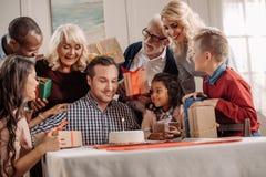 famille nombreuse présent le gâteau et les cadeaux à heureux photo stock