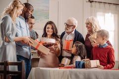 famille nombreuse présent le gâteau et les cadeaux à l'Africain image libre de droits