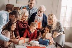 famille nombreuse présent le gâteau et les cadeaux étonnés photos libres de droits